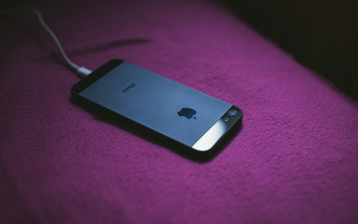 iPhone 充电时,为什么屏幕不灵敏,无法解锁?